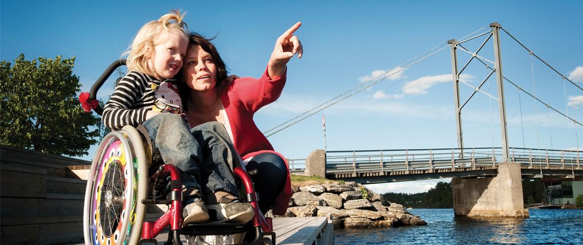 Mor sammen med datter i rullestol