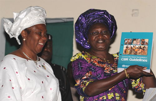 To damer holder CBR guidelines og ser mot kamera
