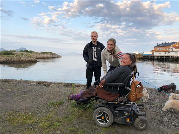 monica og to personer ved vannkanten