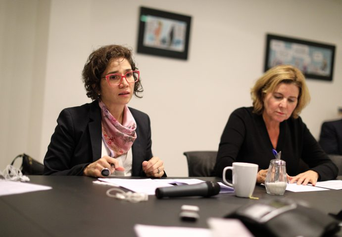Bilde av FNs spesialrapportør sammen med Likestillings- og diskrimineringsombud, sittende rundt et møtebord.