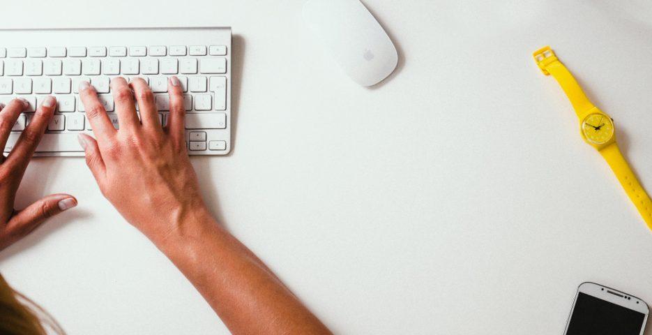 To hender som skriver på et tastatur.