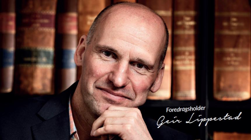 Bilde av Geir Lippestad som ser rett i kamera med en hånd på haken