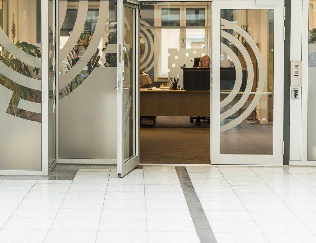 Bilde av et universelt utformet inngangsparti. Inngangsdøra til NHF-kontoret i Galleri Oslo